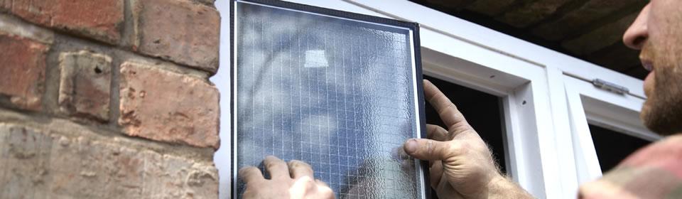 Vakman plaatst glas